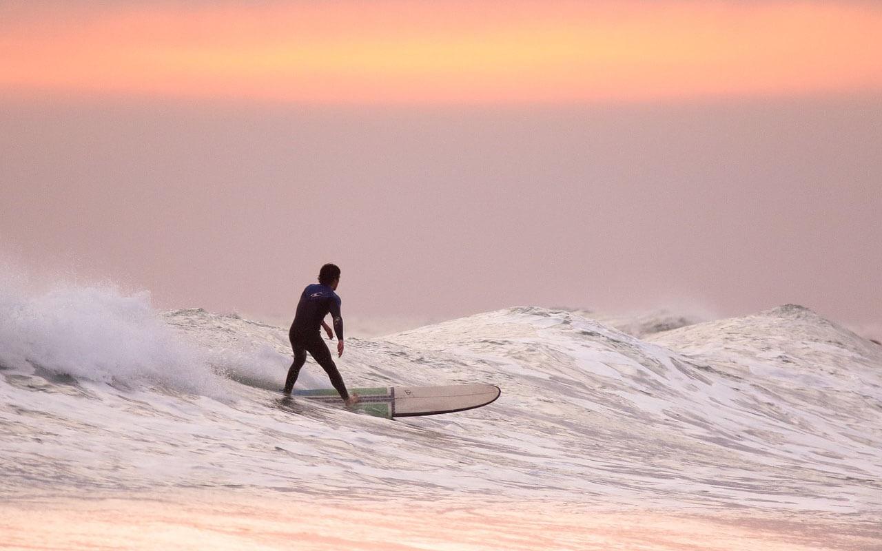 Surfer beim Sonnenuntergang