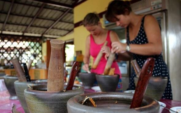 Freiwilligenarbeit in Asien: beim Kochen