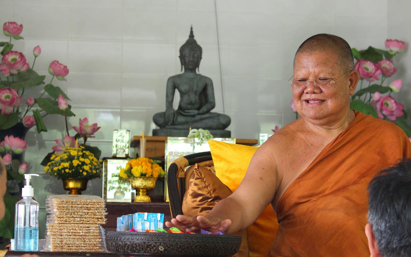 Der mit Süßigkeiten werfende Mönch