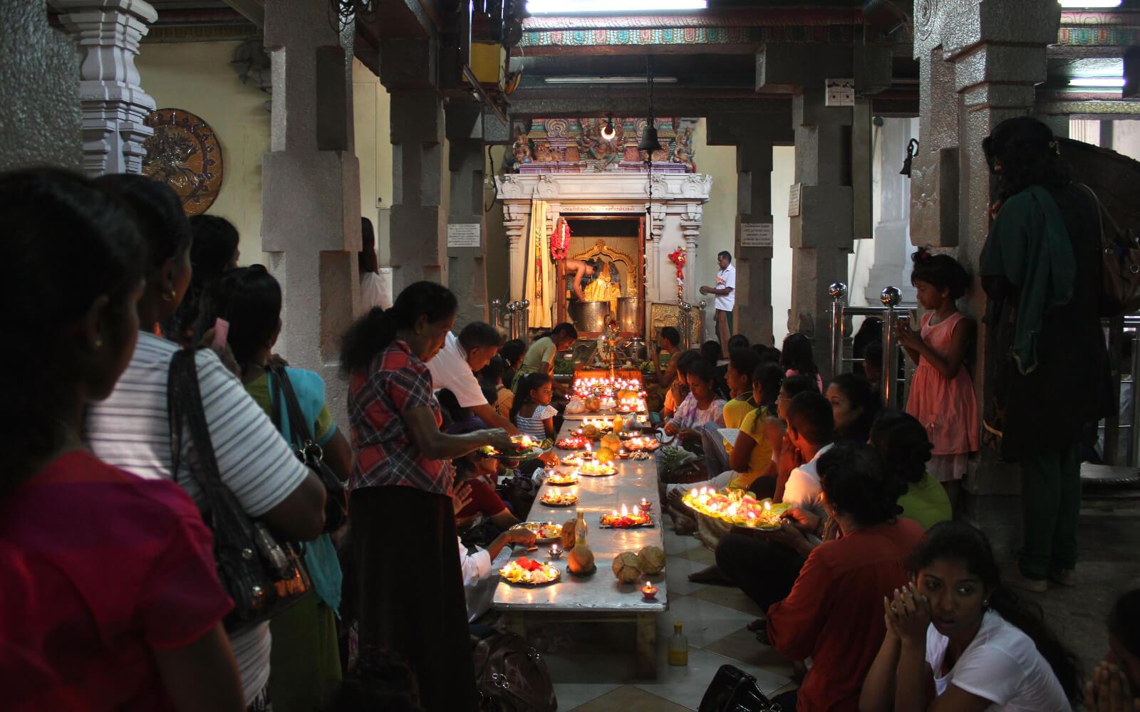 Blick auf eine lange Tafel in einem Tempel