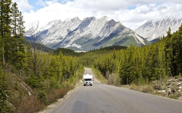 Hotelarbeit in Kanada: Camper vor Bergpanorama