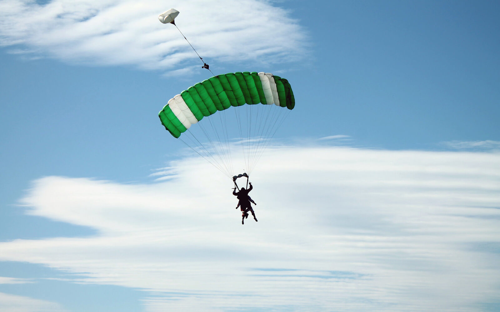 Farina übt sich im Fallschirmspringen