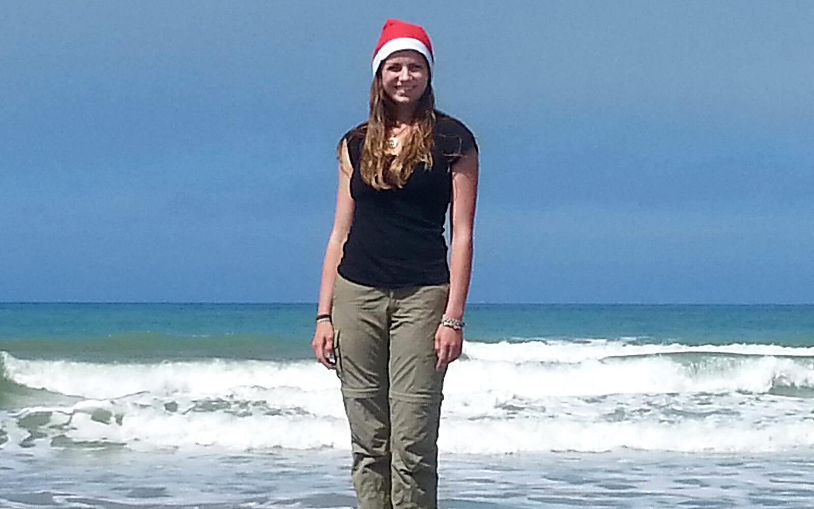 Alina mit Weihnachtsmütze am neuseeländischen Strand