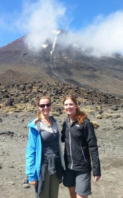 Alina mit Freundin am Vulkan