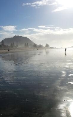 Alina am Strand in Neuseeland