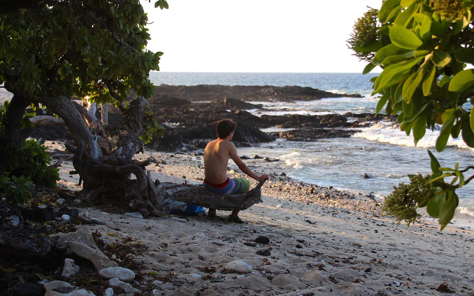 Max am Strand von Hawaii