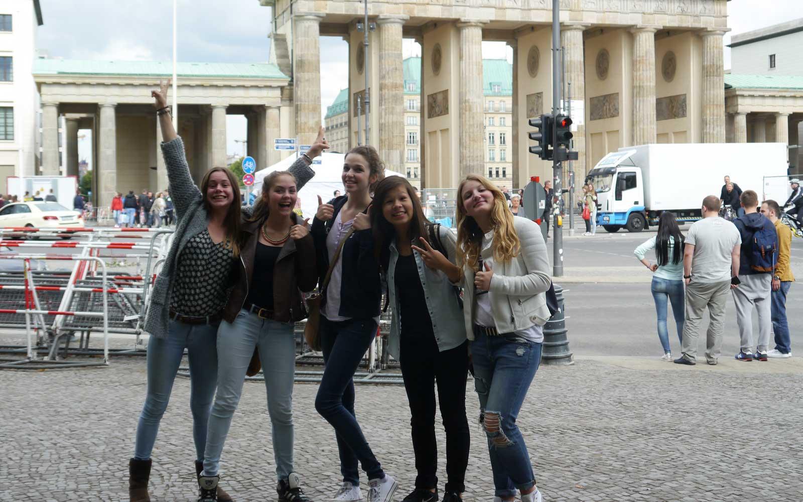 Miriam mit Freundinnen vor dem Brandenburger Tor
