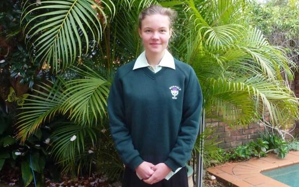 Stipendiatin Lara in Schuluniform