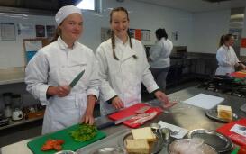 Lara beim Kochunterricht in Australien