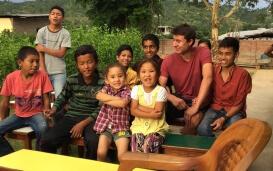 Patrick und die Kinder im Waisenhaus in Nepal