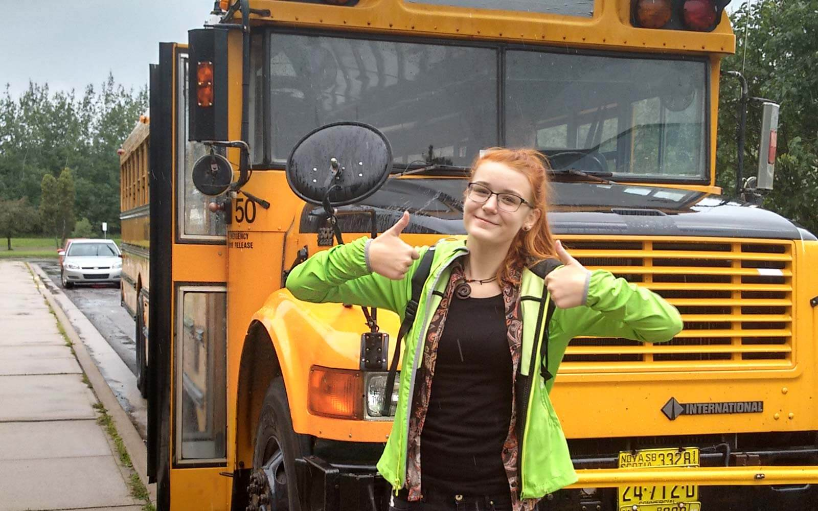 Annika in Kanada vor einem Schulbus