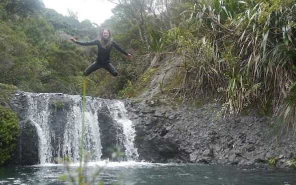 miriam-in-neuseeland-springt