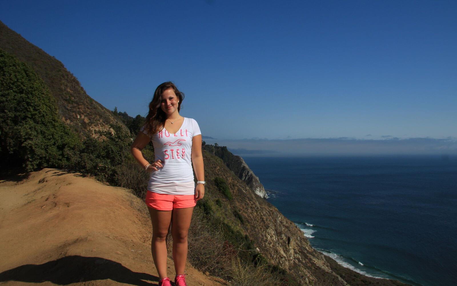 Sabrina vor einer Steilküste in den USA