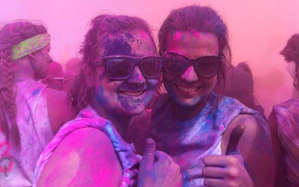 Sabrina und eine Freundin beim Colour Festival