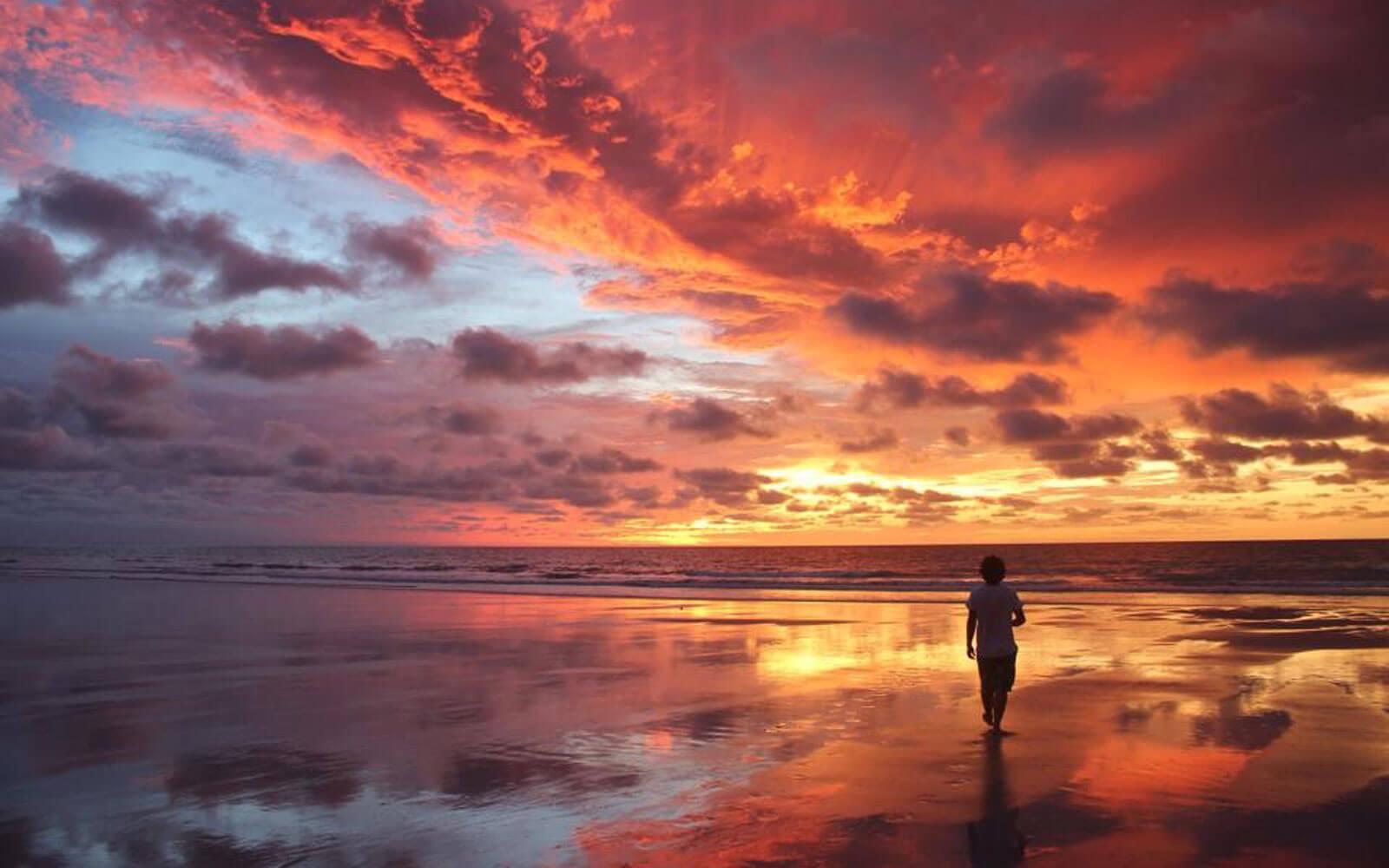 Dominik vor einem Sonnenuntergang in allen erdenklichen Farben
