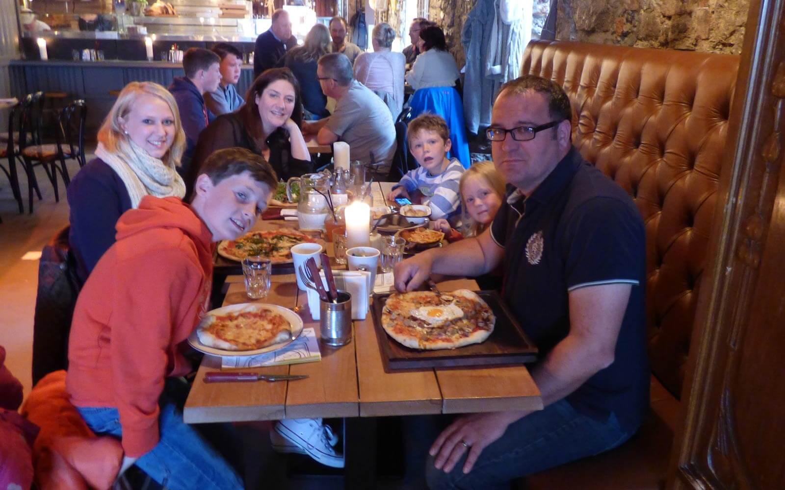 Nicole beim Pizza-Dinner mit ihrer irischen Gastfamilie