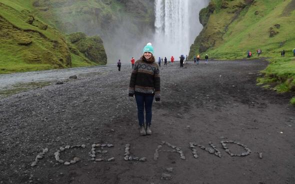 Isabelle vor Skógafoss in Island