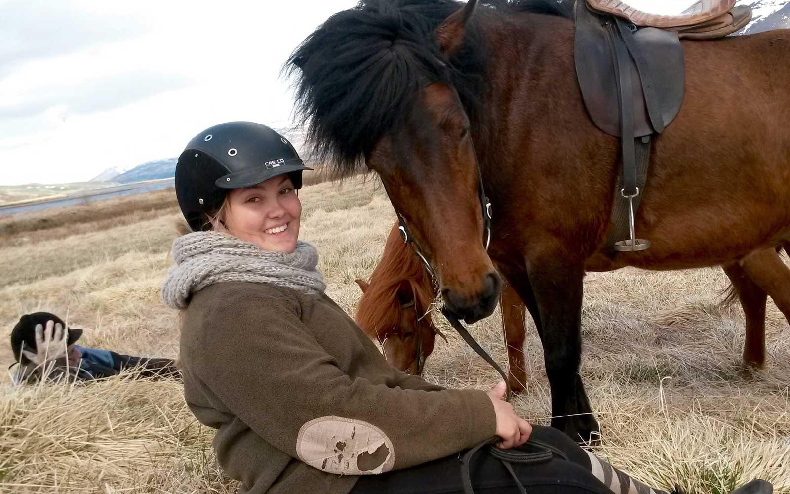 Larissa mit einem Pferd auf der Koppel