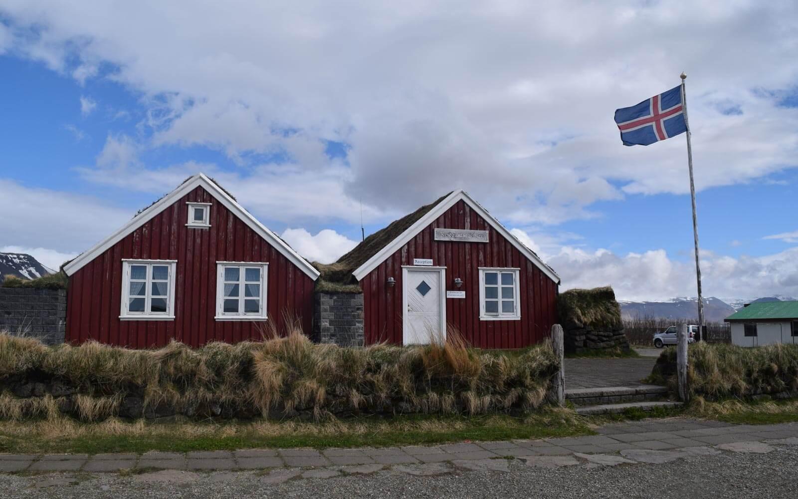Zwei rote Gästehäuser in Island