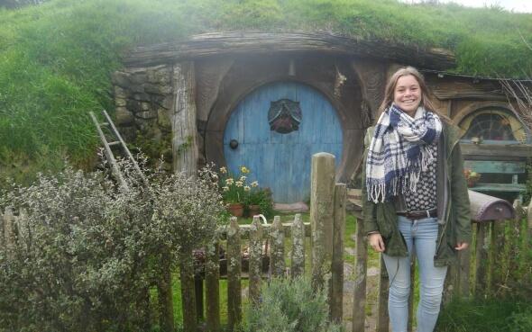 Stepin-Stipendiatin Miriam in Hobbiton vor einer Hobbit-Hütte