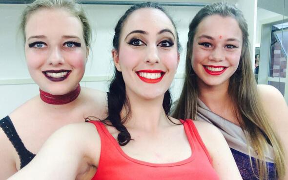 Stepin-Stipendiatin Miriam und zwei Freundinnen im Bollywood Tanz-Outfit