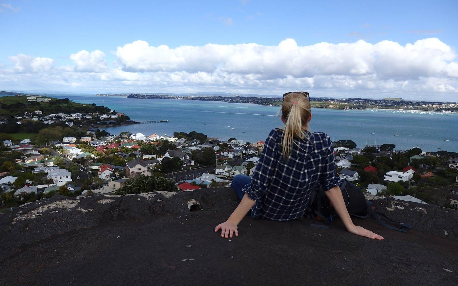 Annie genießt die Aussicht in Auckland