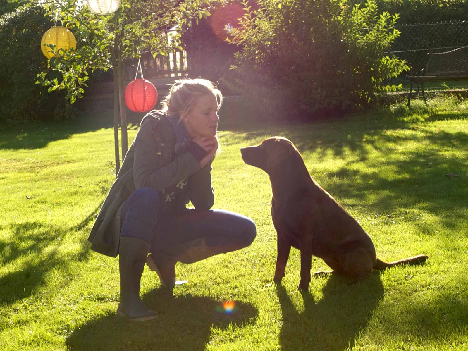 Annie mit ihrem Hund im Garten