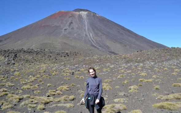 Bianca vor einem Vulkan