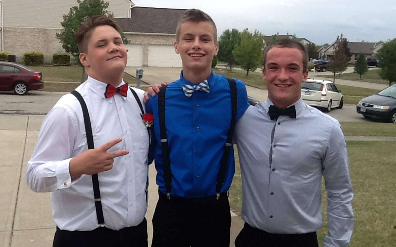 Daniel beim Homecoming Ball mit zwei Freunden