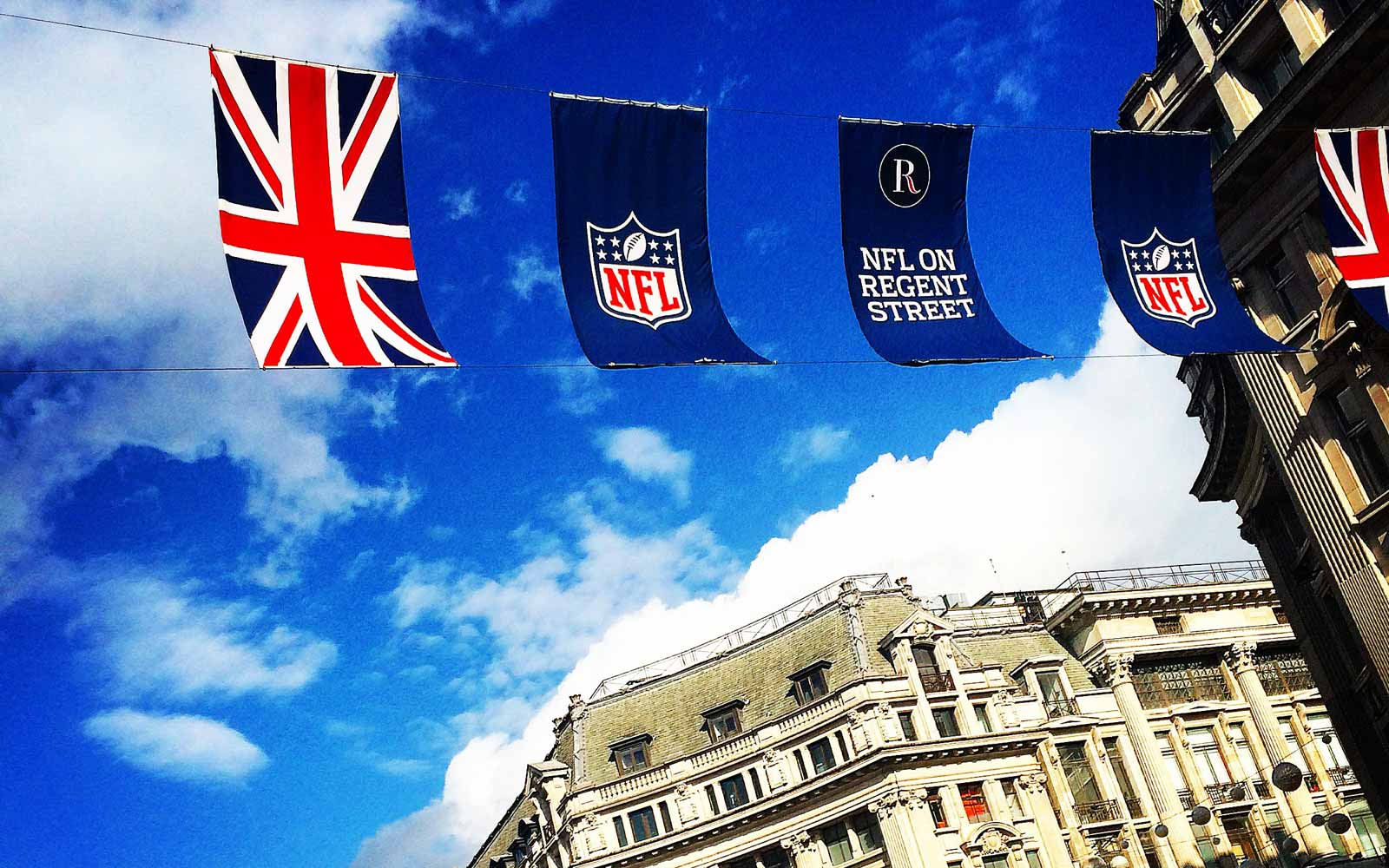 Britische Flaggen vor blauem Himmel