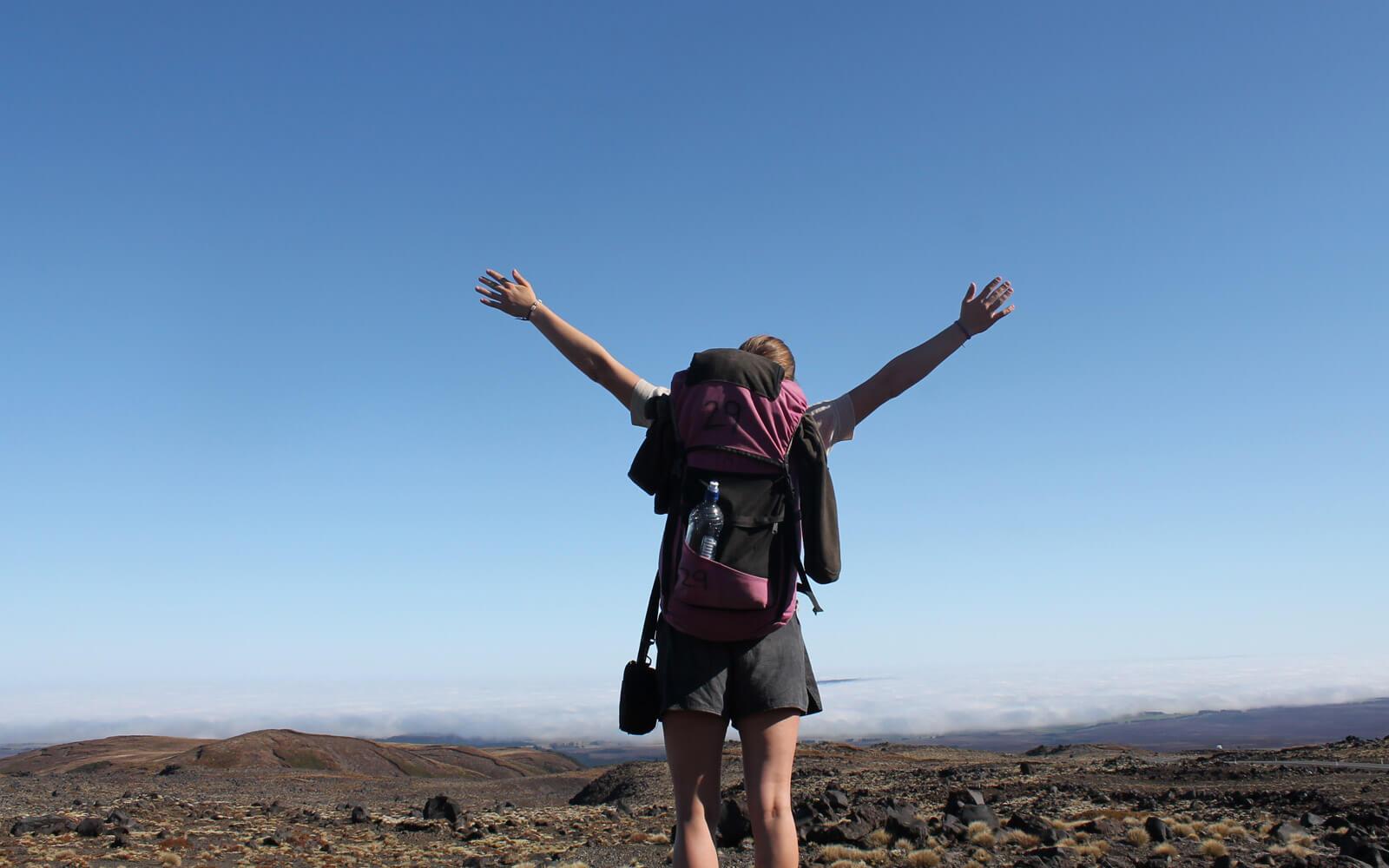 Stepin High School-Stipendiatin Miriam genießt die Panoramasicht über den Gipfeln Neuseelands