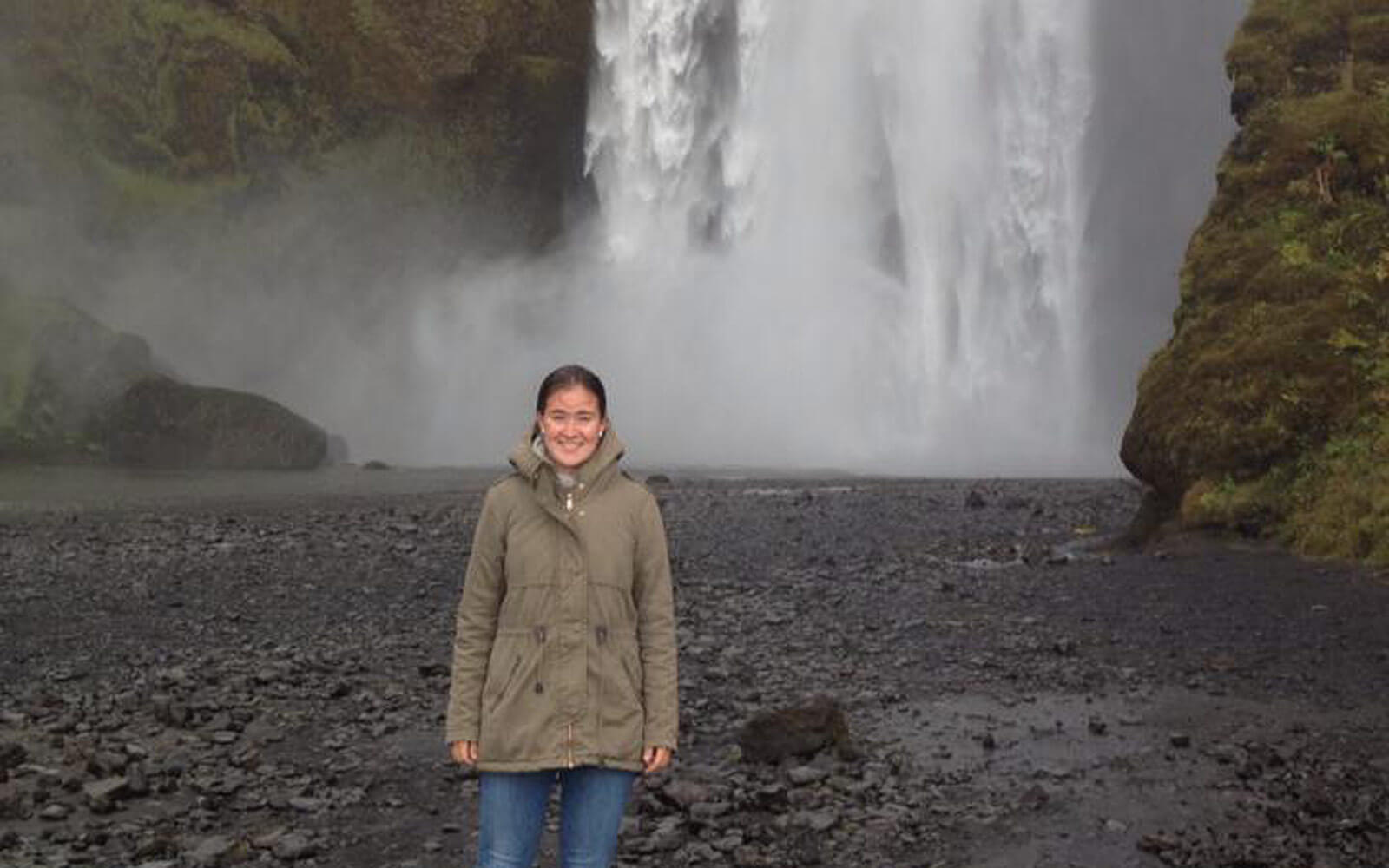 Lisa vor einem Wasserfall in Island