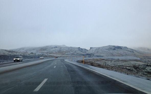 Vereiste Winterlandschaft und Straße in Island