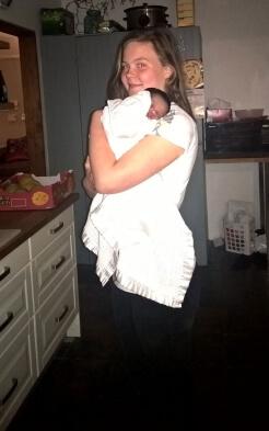 Lara mit Baby Elouise auf dem Arm