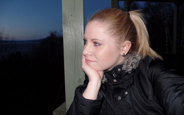 Laura auf der Terrasse