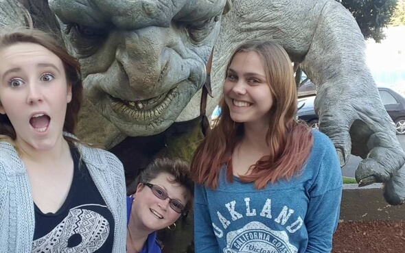 Myrna mit ihrer neuseeländische Gastmutter und Gastschwester an der Weta Cave
