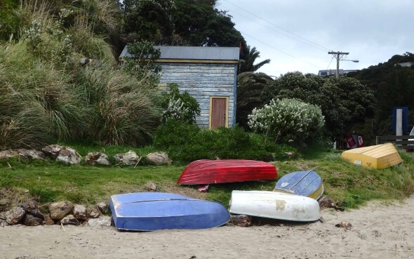 Strand mit Booten in Neuseeland