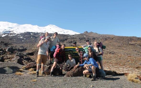 Miriam und ihre Gruppe am Start des Whakapapaiti Valley Track in Neuseeland