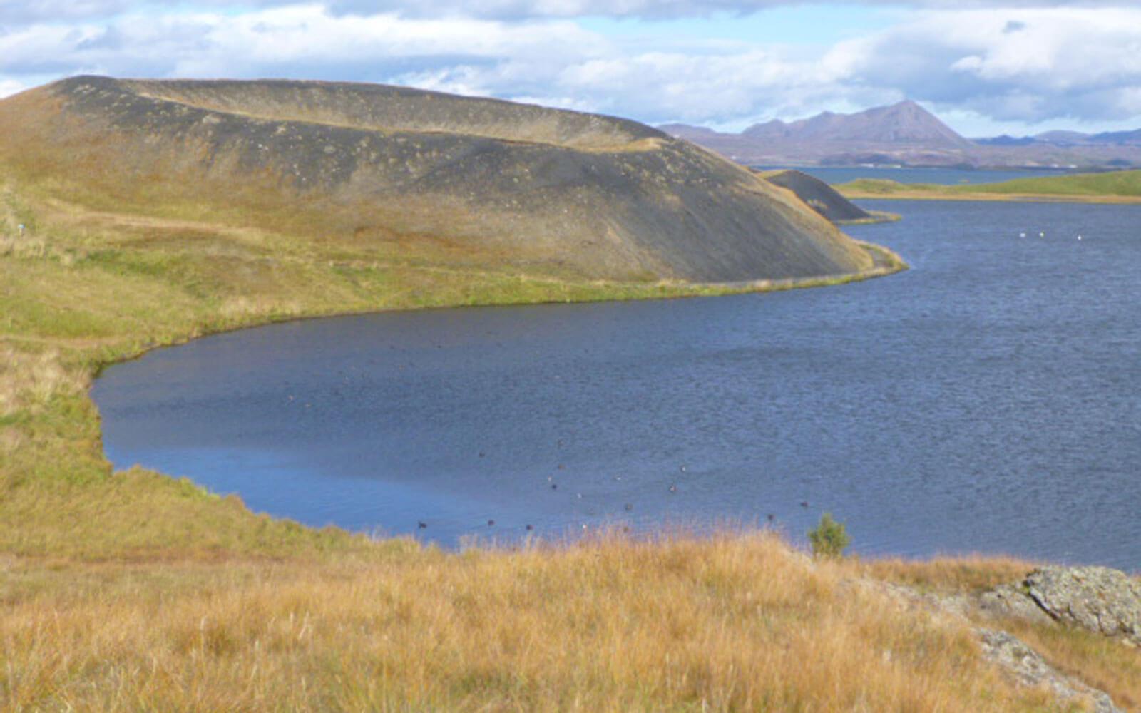 Berg- und Seenlandschaft in Island