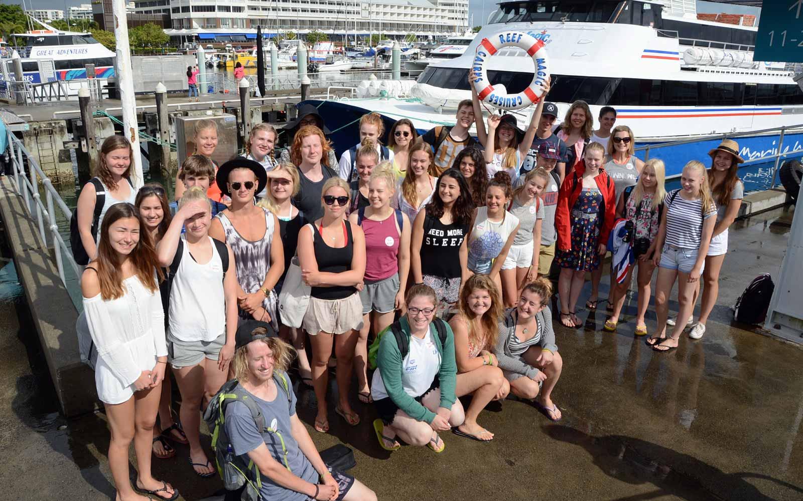 Gruppe von Austauschschülern im Hafen von Cairns