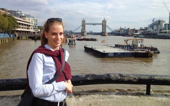 Luisa an der Themse in London mit Blick auf die Tower Bridge