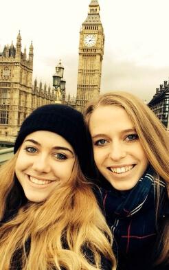 Luisa und ihre Mitpraktikantin Linda vor dem Big Ben in London