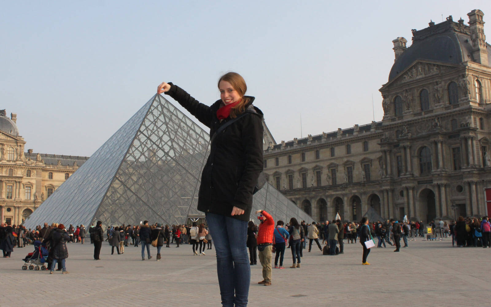 Luisa vor dem Louvre in Paris