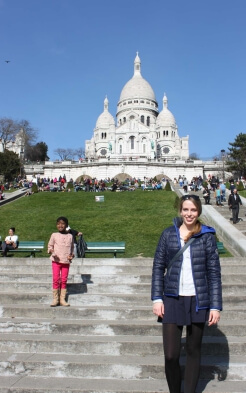 Luisa vor der Sacré Coeur in Paris