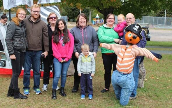 Stepin-Stipendiatin Annika mit ihrer kanadischen Gastfamilie und einem Pumpkin-Piraten