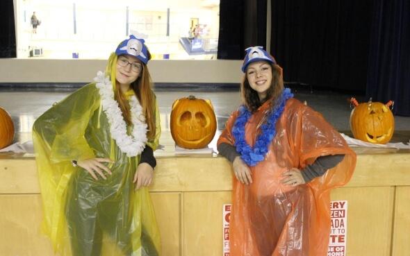 Stepin-Stipendiatin Annika und Freundin beim pumpkin carving contest in Kanada