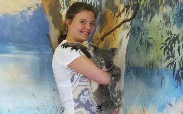 Stepin-Stipendiatin Lara mit einem Koala auf dem Arm