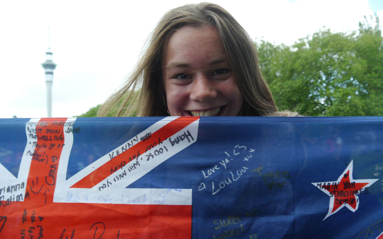 Stepin-Stipendiatin Miriam mit Neuseeland-Flagge