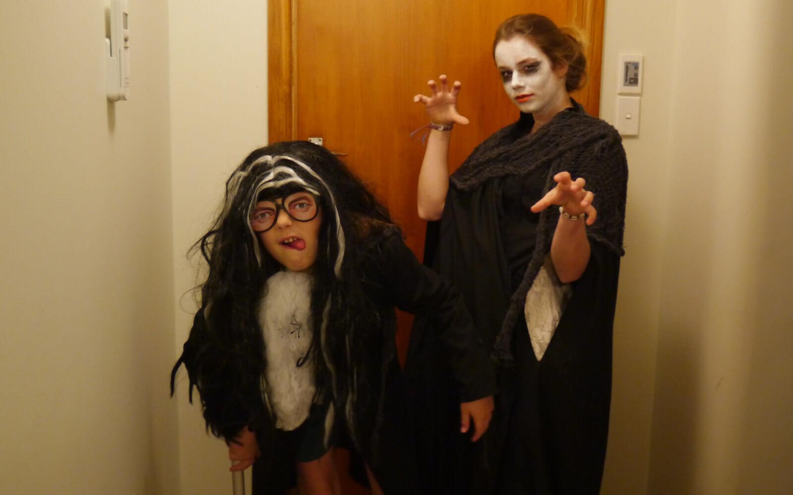 Stepin-Stipendiatin Miriam und ihr Gastbruder im Halloween-Kostüm