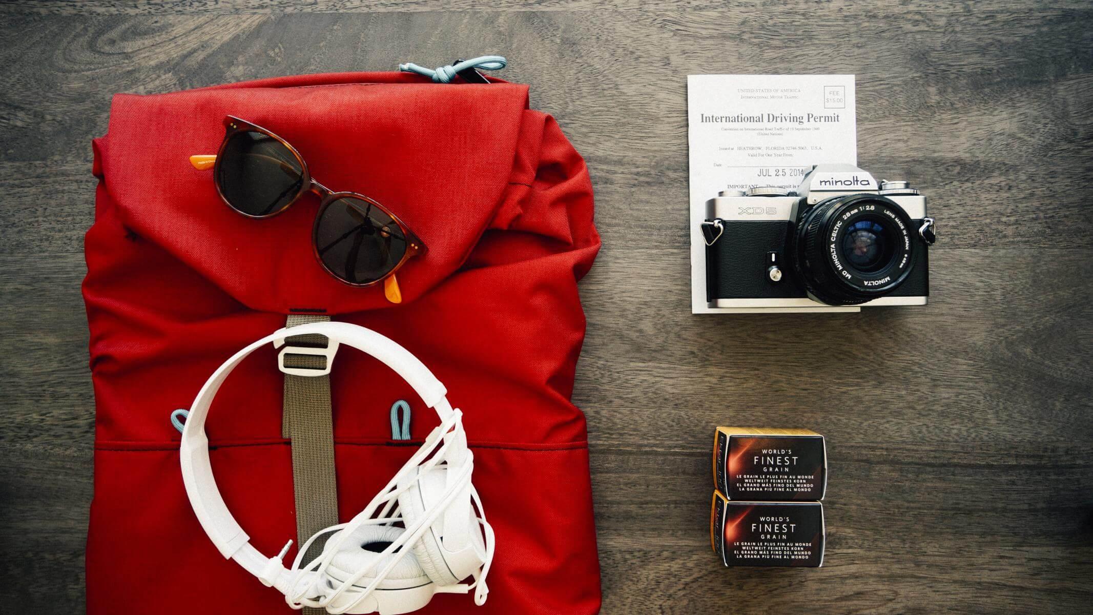 Daypack mit Kamera, Sonnebrille und Headset